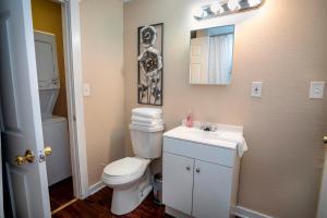 A bathroom at Cozy Downtown Guest House 2BR/1BA Sleeps 8