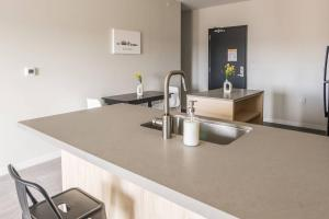 A kitchen or kitchenette at Simple and Roomy 1BR Apt with Parking