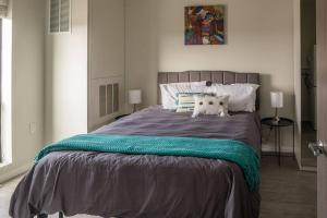 A bed or beds in a room at Simple and Roomy 1BR Apt with Parking