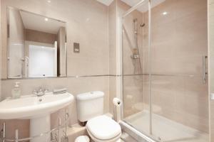 Ein Badezimmer in der Unterkunft Modern 2bed 2bath Angel Apt