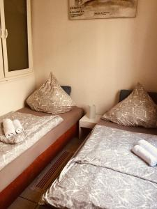 A bed or beds in a room at Messe & Ferien Apartments