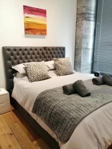 A bed or beds in a room at Royal William Yard Apartment