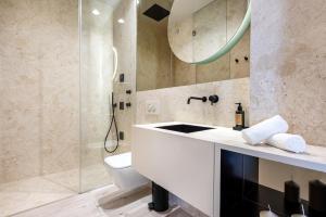A bathroom at Luxury Apartment Suite & Terrace Historic Center of Cascais