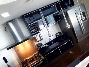 A kitchen or kitchenette at Cobertura em Ondina