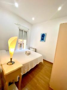 Ein Bett oder Betten in einem Zimmer der Unterkunft PUENTE DE SEGOVIA MADRID CENTRO