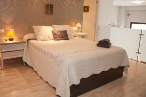 A bed or beds in a room at ZONA1 CHARMING LOTF NEXT TO ALCAZAR (FREE PARKING)
