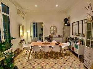 Um restaurante ou outro lugar para comer em BarcelonaBB Apartment