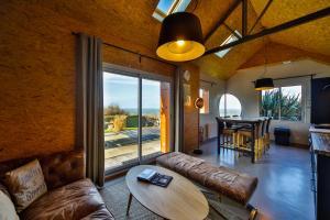 Ein Sitzbereich in der Unterkunft Les Cottages d'Annie