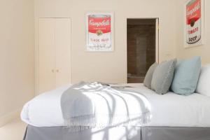 Ein Bett oder Betten in einem Zimmer der Unterkunft Kensington - 3 Bedroom - Family Flat