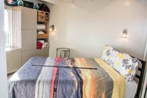 A bed or beds in a room at S. MISSION BEACH, OCEAN, BAY, SUNRISE & SET Views!