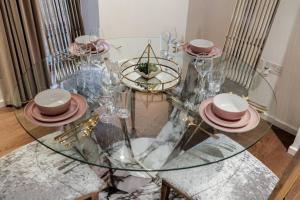 Ein Restaurant oder anderes Speiselokal in der Unterkunft Beautiful 2 bed Apartment in Stratford city