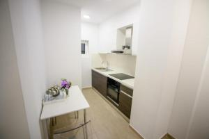 A kitchen or kitchenette at Golden House