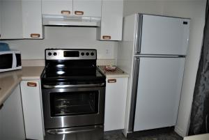 Cuisine ou kitchenette dans l'établissement Condo du Manoir du Rocher