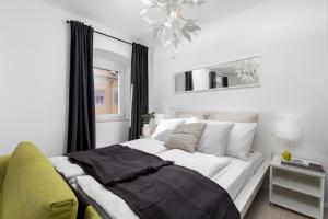 A bed or beds in a room at Molo Longo - Central Apartments & Rooms