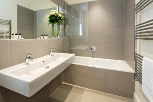 A bathroom at Hammersmith One