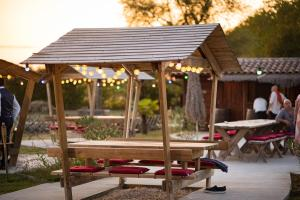 Restaurant ou autre lieu de restauration dans l'établissement Shanti Lac Cabanes gîtes insolites et espace bien-être