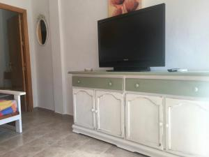 A television and/or entertainment center at Apartamentos Turisticos Trajano