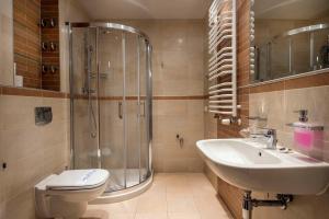 A bathroom at Apartamenty Feniks