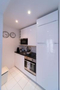 A kitchen or kitchenette at Bliss Lisbon Apartments - Bairro Alto
