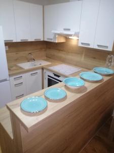 Kuchyňa alebo kuchynka v ubytovaní Entrez Apartments 5 - City center with small garden
