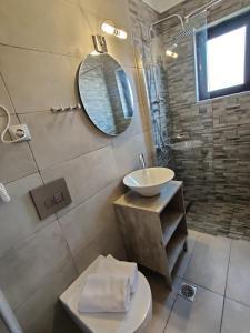Ένα μπάνιο στο Ενοικιαζόμενα Δωμάτια Μίνος