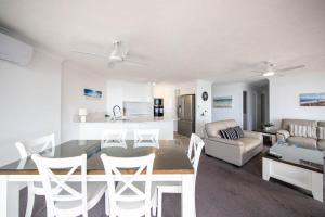 A seating area at Bougainvillea Gold Coast Holiday Apartments