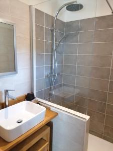 A bathroom at Domaine de la Vidalle
