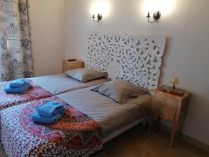 A bed or beds in a room at Domaine de la Vidalle