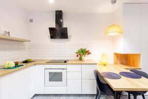 A kitchen or kitchenette at Apartamenty Warszawska