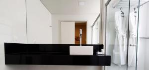 A bathroom at Max Savassi Apart Service