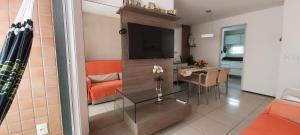 A television and/or entertainment centre at 3 quartos com piscina e sauna