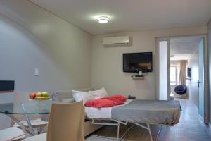 Una televisión o centro de entretenimiento en Regency Rambla Design Apart Hotel