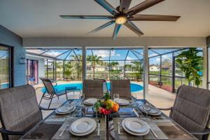 Ein Restaurant oder anderes Speiselokal in der Unterkunft Villa Sunset Cape Coral