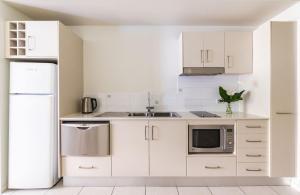 A kitchen or kitchenette at Silkari Lagoons Port Douglas