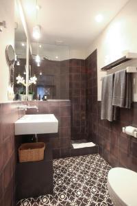 A bathroom at Apartamentos Caravane