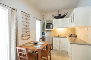 A kitchen or kitchenette at Beach Melati Apartments