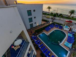 Vista sulla piscina di Astro Suite Hotel o su una piscina nei dintorni