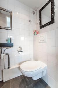 A bathroom at Beach House Zandvoort