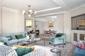 Coin salon dans l'établissement Arlington House Apartments