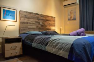 A bed or beds in a room at Handcrafted Unique Flat, 200m From The Acropolis