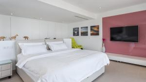 A bed or beds in a room at The Hype Beach House