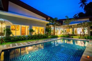 Der Swimmingpool an oder in der Nähe von Irawan House