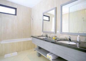 A bathroom at Awila Villas Kuta