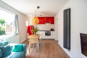 A kitchen or kitchenette at Zus aan Zee