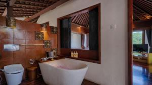 A bathroom at Black Penny Villas Ubud