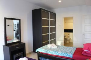 A bed or beds in a room at Hejmo Suites at Georgetown Penang