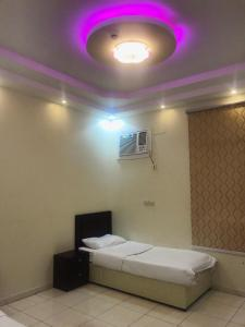 سرير أو أسرّة في غرفة في وصايف أبها للأجنة الفندقية