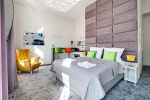 A bed or beds in a room at SAVOY Mariacka Apartments