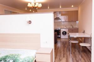 Кухня или мини-кухня в Апартаменты - студия в центре Казани - В Гостях как Дома
