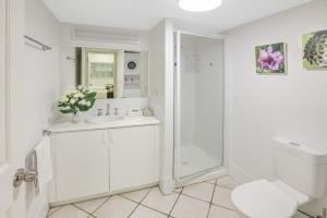 A bathroom at City Terraces Cairns